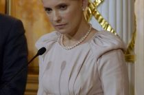 Тимошенко вызвалась провести Саакашвили через украинскую границу