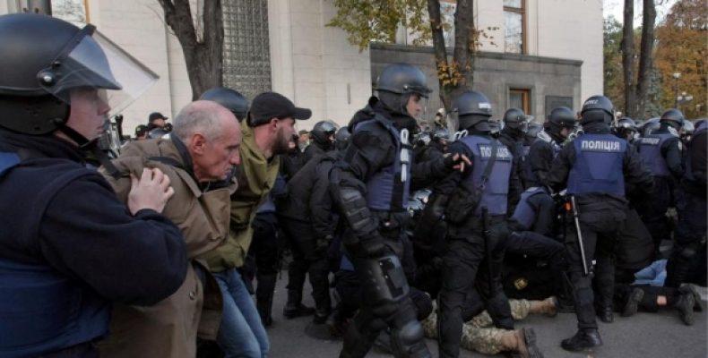 В Киеве протестующие подрались с полицией