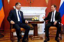 Медведев встретился с премьером Армении