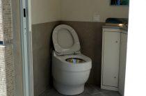 Депутата, следившего за женщинами в туалете, решили не наказывать