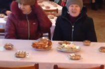 Украинские чиновники угостили инвалидов печеньем, а сами закусили водку икрой