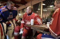 Путин и Шойгу сыграли в ночной хоккей у Кремля