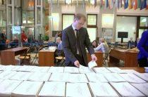 Восемь кандидатов и крановщица: Центризбирком завершил прием «президентских» документов