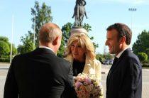 Путин подарил жене Макрона букет, как у Меркель