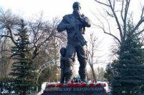 В Луганске увековечили в бронзе образ российского добровольца