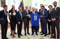Путин принял британского футболиста в ботинках на босу ногу