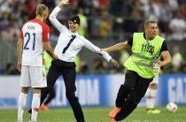 Pussy Riot попытались сорвать финал чемпионата мира, выбежав на поле